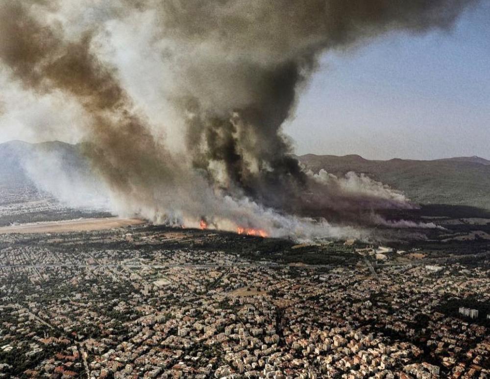«Μακάρι να μην είχε χρειαστεί να τραβήξω»: Ο φωτογράφος Κοσμάς Κουμιανός πίσω από τη συγκλονιστική λήψη της φωτιάς της Βαρυμπόμπης