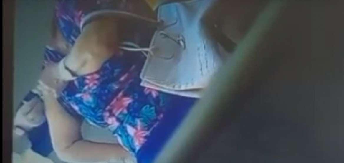 «Μαϊμού» εμβολιασμός: Βίντεο ντοκουμέντο με τη στιγμή που νοσηλεύτρια «τρυπά» πλαστική χειρουργό με άδειο φιαλίδιο